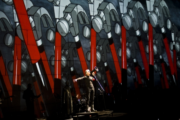 Hammer Time!! Roger Waters The Wall Tour 2010 united Center Chicago Il